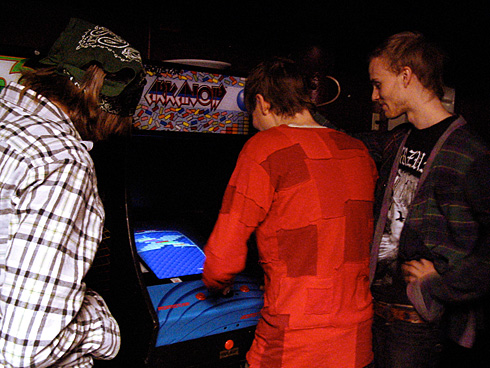 Jonsi playing Arkanoid arcade