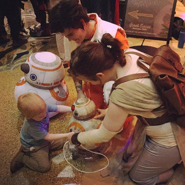 Rey and Poe cosplayers showing a kid BB-8 at DaishoCon 2017
